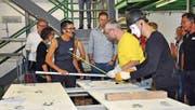 Geschäftsführerin Marlise Blaser und Pantomime Fabian Cohn erklären den Besuchern die Produktion eines Betonelements. (Bild: Iliana Perera)