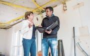 Besprechung im Erdgeschoss: Gemeindepräsidentin Heidi Grau und Projektleiter Hugo Brüschweiler. (Bilder: Thi My Lien Nguyen)