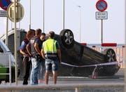 Das Fahrzeug, das von den Terroristen in Cambrils benutzt wurde, wird von Sicherheitskräften abgeschleppt. (Bild: JAUME SELLART (EPA EFE))