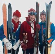 Die OK-Mitglieder Christiana Sutter, Liselotte Schlumpf und Andrea Allmann werden mit Ausrüstungen aus drei Epochen starten (von links). (Bild: Urs Huwyler)