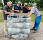 Die Bildhauer Hansjörg Hemmi, Cla Coray, David Pepe und Horst Bohnet mit ihrer Skulptur «Zyklus», einer Installation aus Materialien, die auf dem Friedhof zu finden sind. (Bild: Helio Hickl)