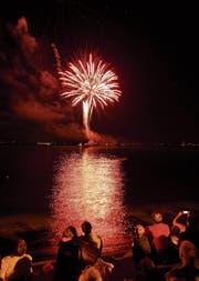 Zum Bundesfeiertag erleuchtet ein Grossfeuerwerk die Rorschacher Bucht. (Bild: Ralph Ribi (31.07.2013))