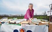 Margrit Bischofberger betreut für den Frauenverein den Bücher-Wagen, der beim «Sunnehüsli» steht. (Bild: Donato Caspari)