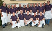 Die Walzehuser Hobbyköch beschenkten sich zum Zwanzigjährigen mit einem neuen Poloshirt. Dieter Geuter (vordere Reihe, links) leitet die Kochabende seit der Gründung. (Bild: Isabelle Kürsteiner)