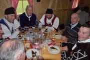 Bundesrat Ueli Maurer (zweiter von rechts) am Alten Silvester im Appenzeller Hinterland - hier am Tisch mit dem Rathüsli-Schuppel aus Waldstatt.