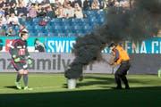 Um diesen Vorfall geht es: Beim Spiel Luzern - St.Gallen vom Februar 2016 warf ein Anhänger Knallkörper auf den Rasen. (Bild: URS FLUEELER (KEYSTONE))