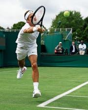 Roger Federer im Training. (Bild: Peter Klaunzer/KEY (Wimbledon, 29. Juni 2017))