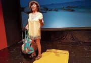 In der Theaterwerkstatt Gleis 5: Shirley Valentine, gespielt von Hildegard Reitberger, in Griechenland am Strand. (Bild: PD)