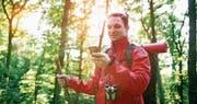 Die Geheimverstecke sucht und findet der Mitspieler beim Geocaching mit Hilfe eines GPS-Empfängers, dem Smartphone. (Bild: Getty Images)