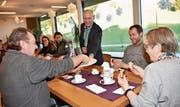 Mit Heimleiter Dietmar Penz verteilte Geschäftsleiter Werner Brunner (stehend) Dreikönigskuchen. (Bild: PD)