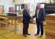 Jakob Koster (links) und Daniel Lehmann besiegeln die Geschäftsübergabe. (Bild: PD)