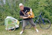 Manfred Fries ist bereit, mit seiner Gitarre, dem Velo und Anhänger durch die Ostschweiz zu tingeln. (Bild: pd)
