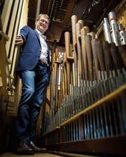 André Simanowski posiert zwischen den Orgelpfeifen im Innern des Instruments. (Bild: Reto Martin)