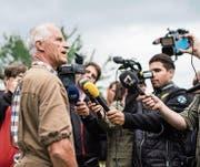 Der Thurgauer Kantonstierarzt stellt sich in Hefenhofen den Medien. (Bild: Ennio Leanza/KEY (Hefenhofen, 8. August 2017))