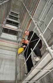 Halten die Griffe fest in der Hand: Andreas Schweizer und Peter Büchel in der zukünftigen Kletterhalle. (Bild: Cyrill Rüegger)
