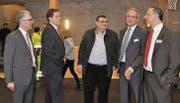 Freuen sich, dass die Fusion so deutlich gutgeheissen wurde: Heinz Zingg, VR-Präsident, Andreas Schmalz, Mitglied der neu fünfköpfigen Bankleitung, die beiden neuen Verwaltungsräte Beat Bischof und Markus Storchenegger sowie Jürg Baumgartner, Vorsitzender der Bankleitung. (Bild: eg)