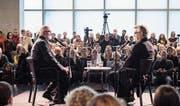 Grossandrang zum Sonntagsgespräch: Architekt Peter Zumthor (links) unterhält sich mit Regisseur Wim Wenders. (Bild: Miro Kuzmanovic/KUB)