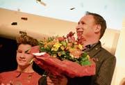 Blumen für Roger Bigger. Er wurde zum Wiler Sportförderer 2017 gekürt. (Bild: Christine Gregorin)