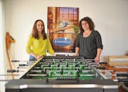 Die Krippenleiterinnen Tatjana Kunic und Stefanie Zinsli im Dachgeschoss des Alterszentrums Grünau. (Bild: Olaf Kühne)