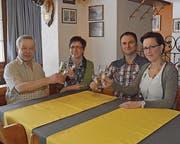 Die Familien Wyss und Wild feiern den Generationenwechsel. (Bild: ker)