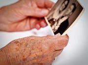 An Demenz Erkrankte haben ein eingeschränktes Erinnerungs- und Denkvermögen und sind auf Hilfe angewiesen. (Bild: Fred Froese/Getty)