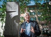 Peter von Matt beim Brunnen, den Max Frisch 1967 den namenlosen Opfern der Geschichte gewidmet hat. (Bild: Ralph Ribi)