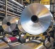 Nach der Vorbehandlung werden die Aluminiumfolien lackiert. (Bild: pd)