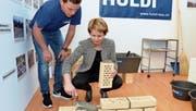 Ständerätin Brigitte Häberli beweist Geschick im Umgang mit der Maurerkelle. (Bilder: Christoph Heer)
