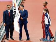 Weltverbandspräsident Sebastian Coe (Mitte) übergibt die IAAF-Flagge an einen Vertreter Katars. Dort wird die Leichtathletik-WM in zwei Jahren stattfinden. (Bild: Martin Meissner/AP)