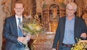 Christoph Häne gratuliert Magnus Brändle (links) zum 30-Jahr-Jubiläum als Ratsschreiber. (Bilder: Beat Lanzendorfer)