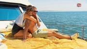 In der gestrigen Folge versuchte Dragana vergeblich, den Bachelor mit einer Massage von ihren Qualitäten zu überzeugen. (Bild: 3Plus TV)
