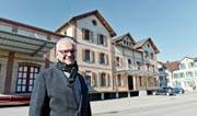 Gemeindepräsident Stephan Tobler vor dem Mostereigebäude. (Bild: Donato Caspari)
