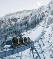 Die jüngste in der Schweiz und die steilste der Welt: Mitte Dezember wurde die futuristische Standseilbahn auf den Stoos im Kanton Schwyz eröffnet. (Bild: Urs Flüeler/KEY (Stoos, 15. Dezember 2017))