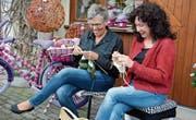 Nicole Fischer und Margrit Tanner bereiten Strickwaren vor; Teilnehmer des Erlebnistages können daran weiterarbeiten. (Bild: Monika Wick)