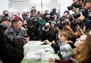 Rekordwahlbeteiligung und rekordverdächtiges Medieninteresse bei der Wahl in Katalonien. (Bild: Alberto Estevez/EPA (Barcelona, 21. Dezember 2017))