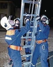 Jugendliche stellen die Feuerwehrleiter. (Bild: pd)