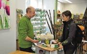 Markus Filinger berät eine Kundin an der Kasse des Gartenmarkts. (Bild: Leandra Reiser)