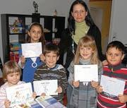 Sanela Egli und die kleinen Künstler mit den selber gemalten Büchern. (Bild: Brenda Zuckschwerdt)