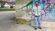 Jonathan Trüeb hinter dem Gashaus gegenüber dem Oberstufenzentrum Müllheim. Hier soll der Holzerwagen ab dem Sommer stehen. (Bild: Rahel Haag)