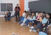 Ruedi Meier erläutert den Schülerinnen und Schülern mit Beispielen den Unterschied von Minimal- und Existenzlohn. (Bilder: Hanspeter Thurnherr)