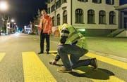 Die Experten Werner Lendenmann (links) und Urs Etter messen die Beleuchtung eines Fussgängerstreifens in Gossau. (Bild: Hanspeter Schiess)
