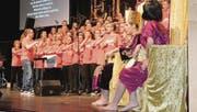 Der Adonia-Teens-Chor singt von den Abenteuern Elias – rechts: König Ahab und seine Frau Isebel. (Bild: Monika Wick)
