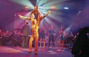 Bunt und lebendig inszenierte die Musikschule Werdenberg «Stayin' Alive» als Hommage an die Bee Gees. (Bilder: Ursula Wegstein)