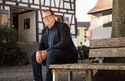 Angekommen: der Dirigent Stefan Roth vor dem Vereinshaus der Jugendmusik Kreuzlingen. (Bild: Thi My Lien Nguyen)