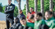 Beobachten unter spanischer Sonne das Training: St. Gallens Sportchef Alain Sutter und Verwaltungsrat Stefan Wolf. (Bild: Andy Müller/Freshfocus (Sotogrande, 15. Januar 2018))