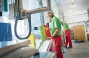 Rundgang durch die Produktion: Mitarbeiter kontrollieren in der E. Zwicky AG die Verpackungen und etikettieren sie. (Bild: Andrea Stalder)