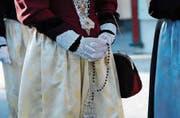 Während der Prozession beten die Gläubigen den Rosenkranz.