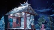 Ein zauberhaft japanisches Bühnenbild präsentiert sich im Stück «Ein Kranich im Schnee». (Bild: Ilja Mess/Theater Konstanz)