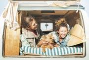 «Es ist okay, anders zu sein»: Typisches Vanlife-Pärchen in seinem dazu passenden Gefährt, einem alten VW-Bus. (Bild: Getty)