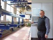 Valentin Büchler vor einer von der Krüsi Maschinenbau AG hergestellten Holzbearbeitungsmaschine, der vollautomatischen Lignamatic. (Bild: rf)